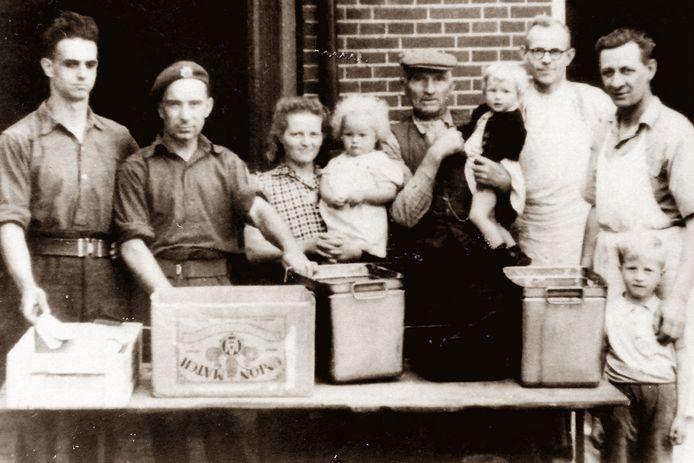 Op de foto met de bevrijders bij bakker en postbode Hondorp in Gelselaar.
