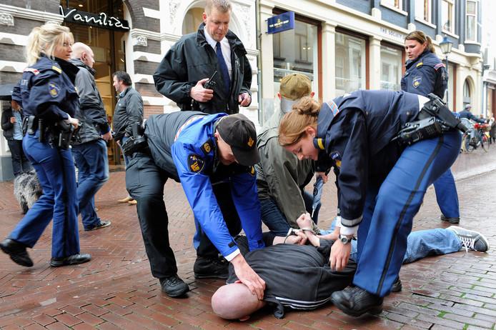 Een arrestatie in de Arnhemse Bakkerstraat tijdens een oefening van de politie in 2011.