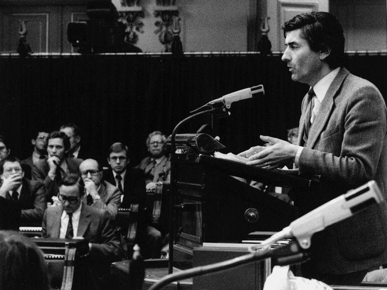 Onder toeziend oog van ex-dissidenten legt fractievoorzitter Lubbers in 1979 een stemverklaring af. Beeld Hollandse Hoogte /  ANP