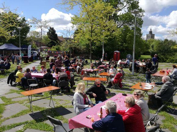 De bezoekers aan de streekpicknick genoten van lokale producten.