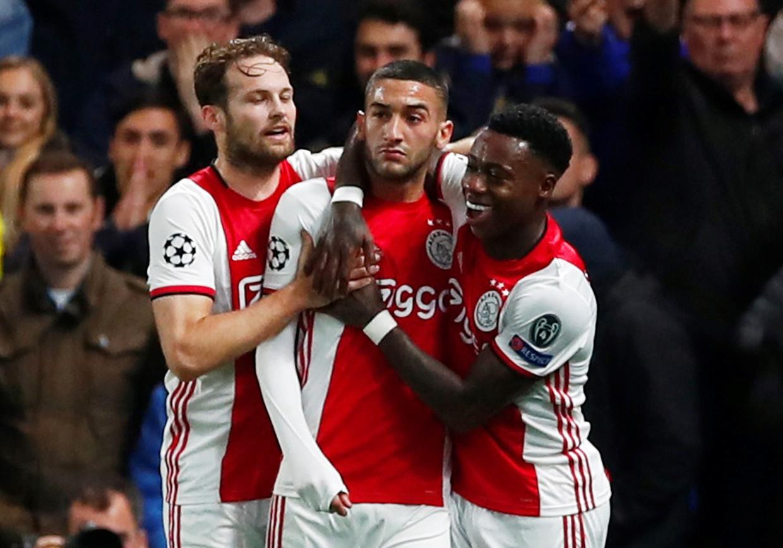 Hakim Ziyech, Quincy Promes en Daley Blind vieren een doelpunt van Ajax.   Beeld REUTERS