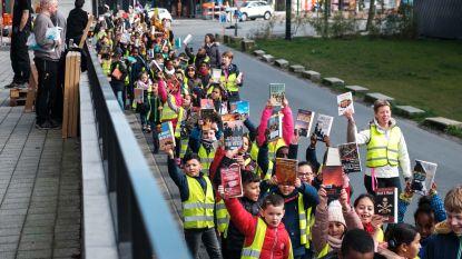 Meer dan 300 kinderen vormen 'boekenslinger' bij start verhuis bibliotheek