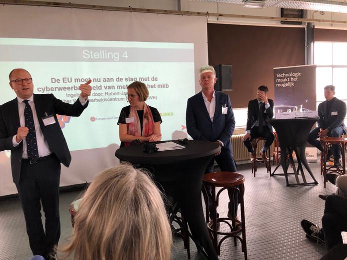 Deelnemers aan het politieke debat over innovatie in het Blue Collar Hotel in Eindhoven.