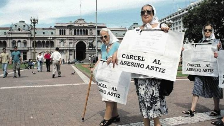 'Dwaze moeders' vragen om arrestatie van Alfredo Astiz, een gepensioneerde militair, die mensen heeft ontvoerd, gemarteld en gedood. (AFP) Beeld