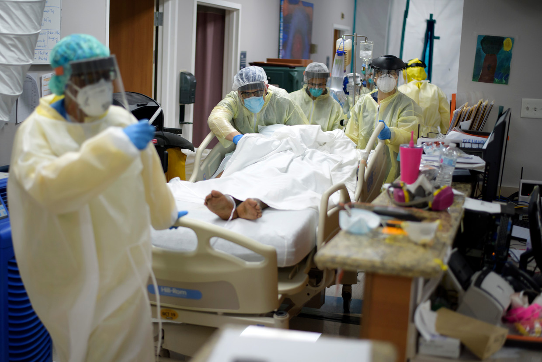Ziekenhuizen in Houston, Texas, kunnen de toestroom van coronapatiënten amper aan. Er moeten hardes keuzes worden gemaakt wie gered wordt. Beeld Foto Mark Felix / AFP