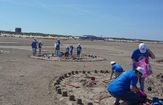 1377 kinderen tekenden op het strand een Zeeuwse Knop ter grootte van twaalf voetbalvelden.