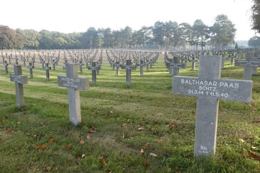 Grafstenen zo ver het oog reikt op de Duitse militaire begraafplaats in Ysselsteyn.