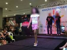 Ophef om 'dierenmarkt' adoptiekinderen op catwalk Brazilië
