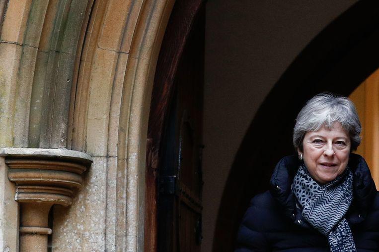 Theresa May verlaat de kerk na de zondagmis. Beeld AFP
