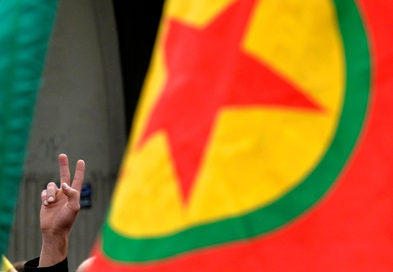 Een supporter van de PKK tijdens een demonstratie in Libanon tegen het beleid van Erdogan en voor de vrijlating van de Koerdische partijleider.