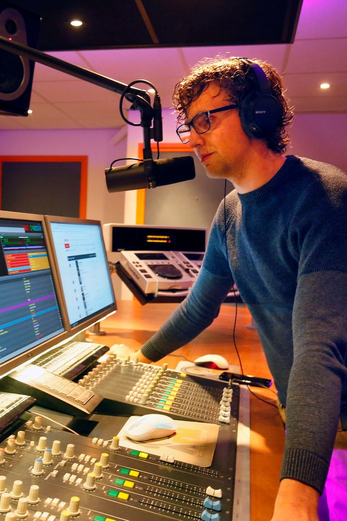 Vincent Honings achter de microfoon in de A-FM-studio in Hank.