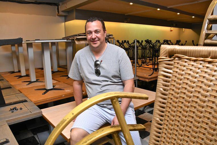 Ludovic  Catteeuw in zijn nieuwe winkel 2Chair, die volstaat met stoelen en tafels.