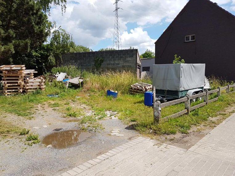De eigenaar van dit verwaarloosd terrein langs de Steenweg heeft de keuze: opruimen of een taks betalen.