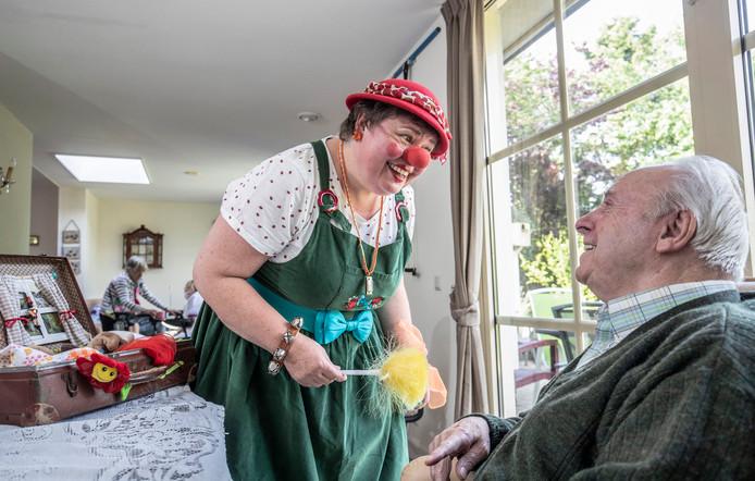 Contactclown Linda aan het werk met dementerende ouderen in verzorgings tehuis in Veenendaal.