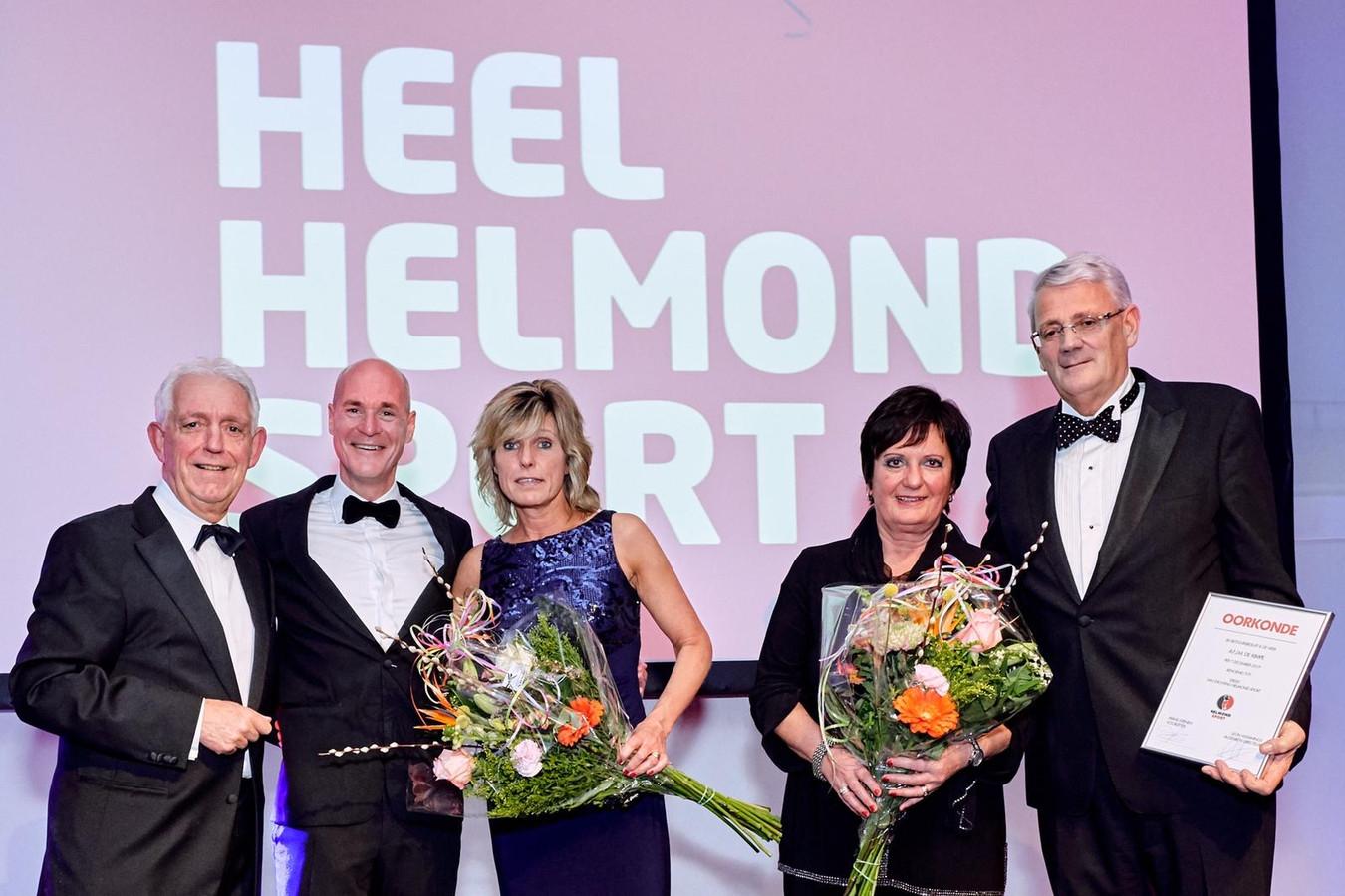 Philippe van Esch (tweede van links) en medebestuurslid Ari de Kimpe (rechts). Uiterst links voormalig voorzitter Frans Stienen.