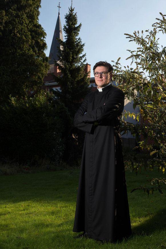Priester Wim Simons (34) werd in 2015 gewijd en beseft de nood aan jonge priesters.