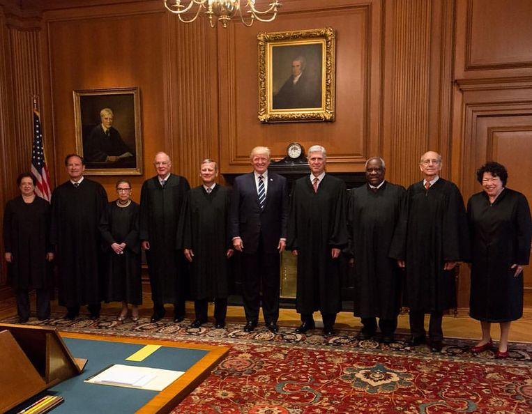 Donald Trump in 2017 te midden van de Amerikaanse opperrechters. Rechts naast de president de net benoemde Neil Gorsuch. Vierde van links Anthony Kennedy, die nu vertrekt.  Beeld
