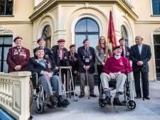 Arnhem Veteranen trots op het bordes van 'hun Hartenstein' na vaandeloverdracht