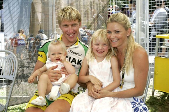 19 juli 2006: Axel Merckx met Jodi en hun twee dochters tijdens de Ronde van Frankrijk.
