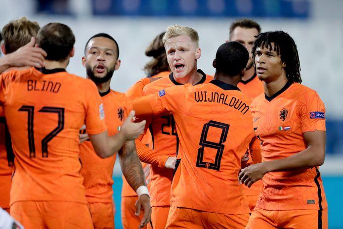 Donny van de Beek viert zijn goal.