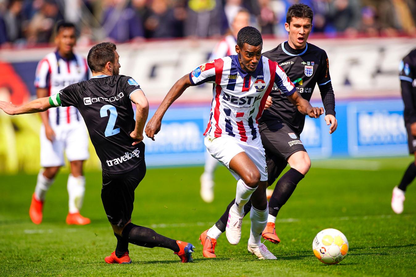 Alexander Isak snelt langs twee spelers van PEC Zwolle.