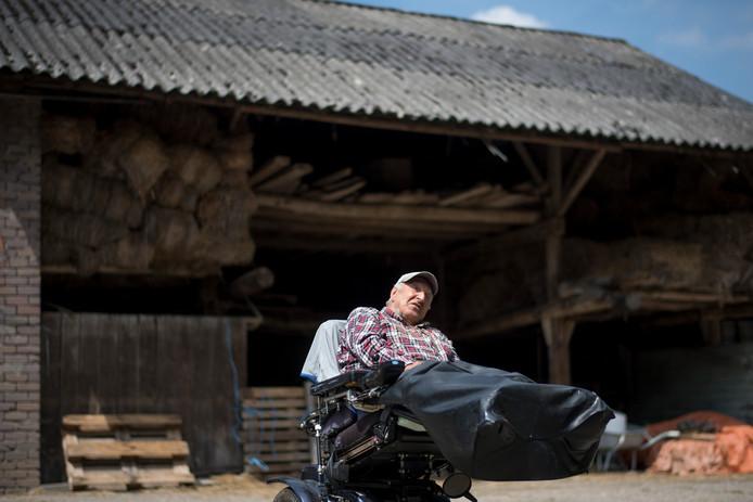 Willem van Dee voor de hooischuur bij zijn boerderij in Ommeren.