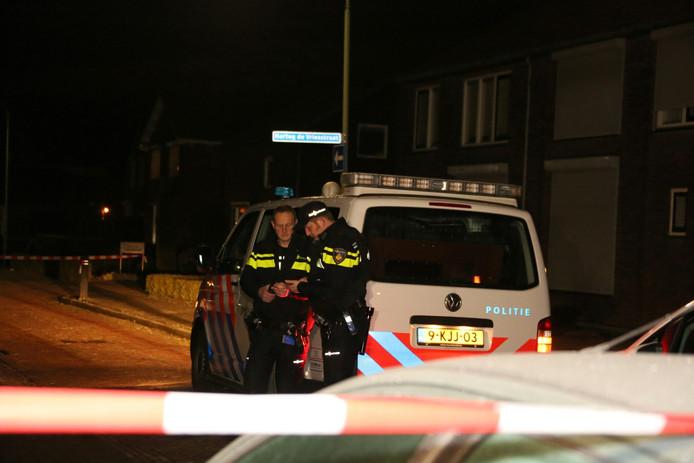 Agenten doen onderzoek in de Hartog de Vriesstraat in Dussen .