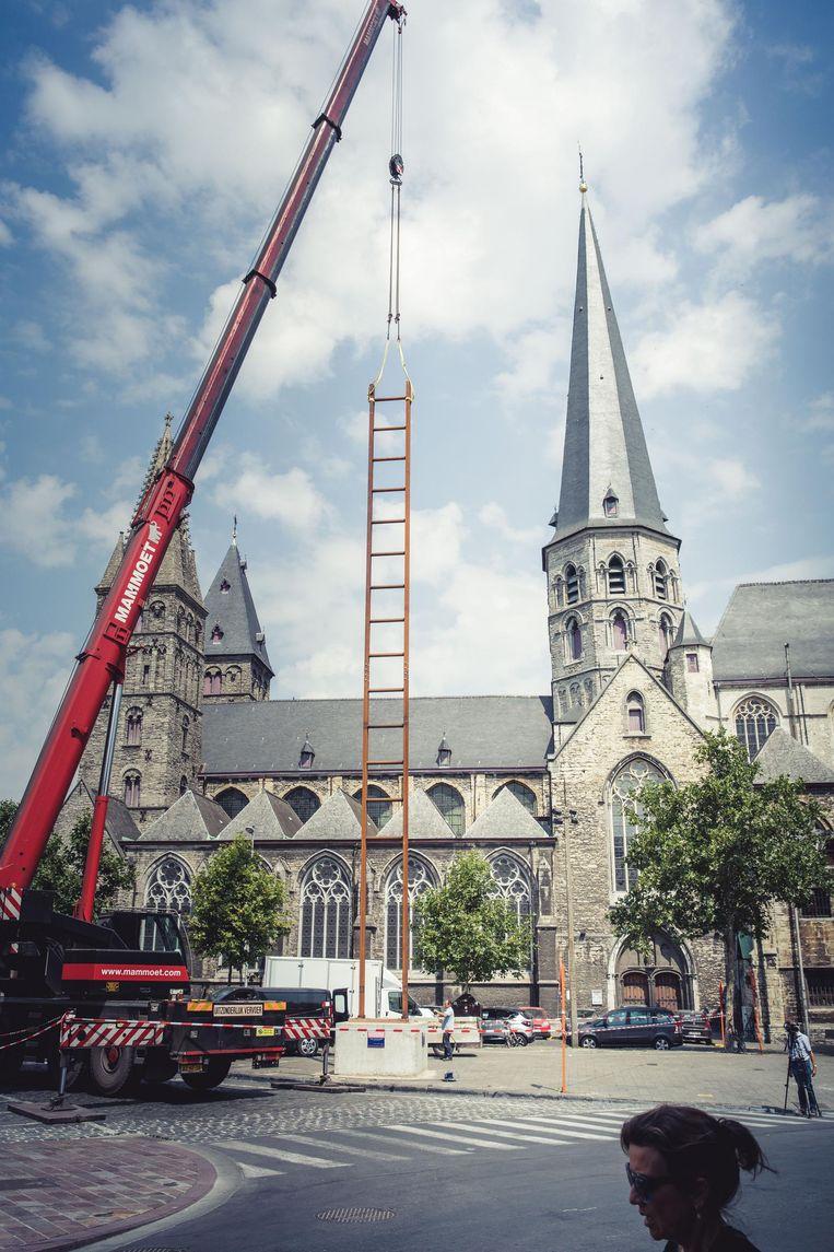 Het kunstwerk werd met een gigantische kraan rechtop gezet aan Sint-Jacobs.