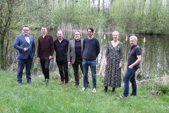 Gedeputeerde Jurgen Vanlerberghe samen met kunstenaar Maarten Inghels, de mannen van WXII en Sven Verhaeghe in De Blankaart, één van de gebieden die inspireerde.