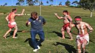 Zo zag u Jurgen Klopp nog nooit: Liverpooltrainer geeft zich volledig bij opvoering aboriginaltradities