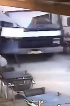 Au volant d'un camion, une femme fonce sur la terrasse d'un restaurant en France