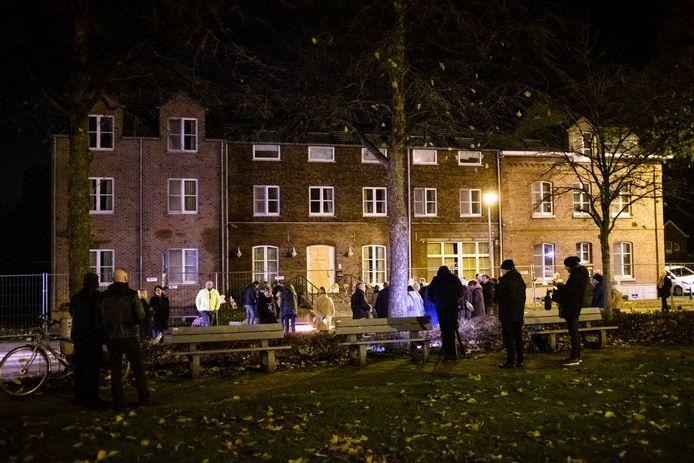 Vendredi soir, des sympathisants ont mené une action de soutien au centre incendié à Grote-Spouwen (Bilzen)