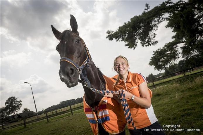 Lotte Krijnsen met haar paard Rosenstolz.