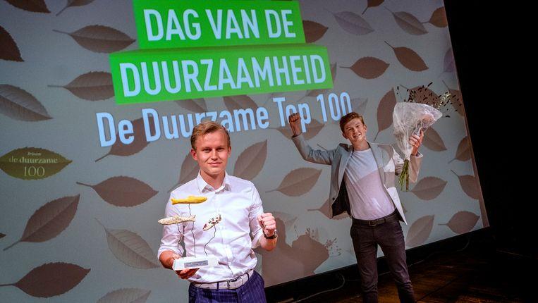 Voorzitter Werner Schouten (links) en Wytze Walstra zijn met de Jonge Klimaatbeweging de winnaars van de Duurzame 100.  Beeld Patrick Post