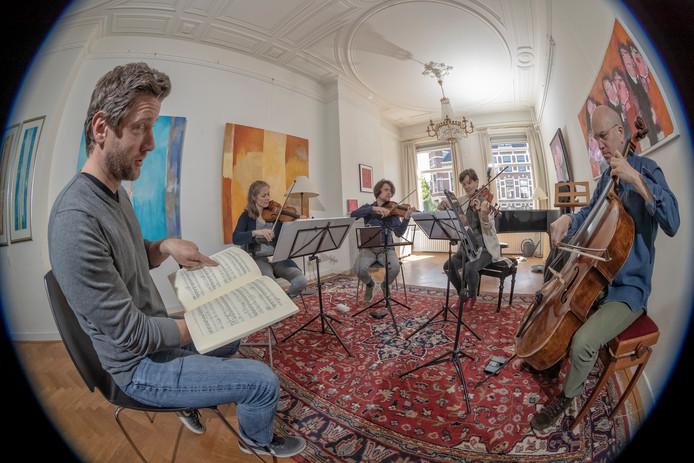 Kamerorkestrepetitie voor Classical Encounters in Studio Sophia in Den Haag. Tweede van links is Eva Stegeman.