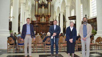 Orgelisten spelen gerestaureerd orgel in tijdens 'Orgelmarathon' op 'Open Kerkendag'