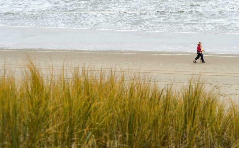 Wandelaars aan de kust bij Egmond Beeld anp