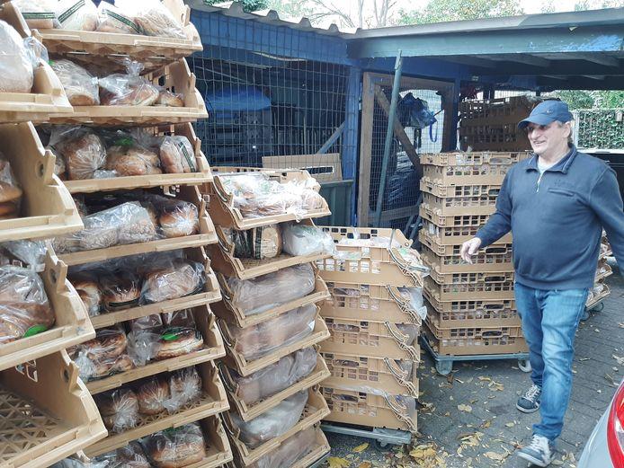 Volle kratten met brood voor de uitdeling in de Stedekestraat.