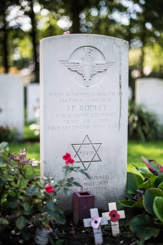 Het graf van de Hans Rosenfeld, die uit zelfbescherming koos voor schuilnaam J.P. Rodley, is  voorzien van een Davidster. Dat zou aanvankelijk niet zo zijn geweest.