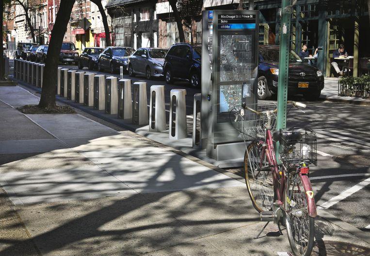 De nog lege fietsenrekken van Citi Bike aan MacDougal Street in New York. Beeld ap