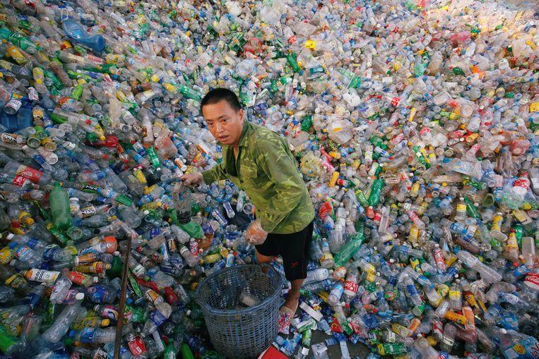 Een recylingbedrijf van plastic flessen in de buurt van de Vietnamese hoofdstad Hanoi. Beeld Reuters