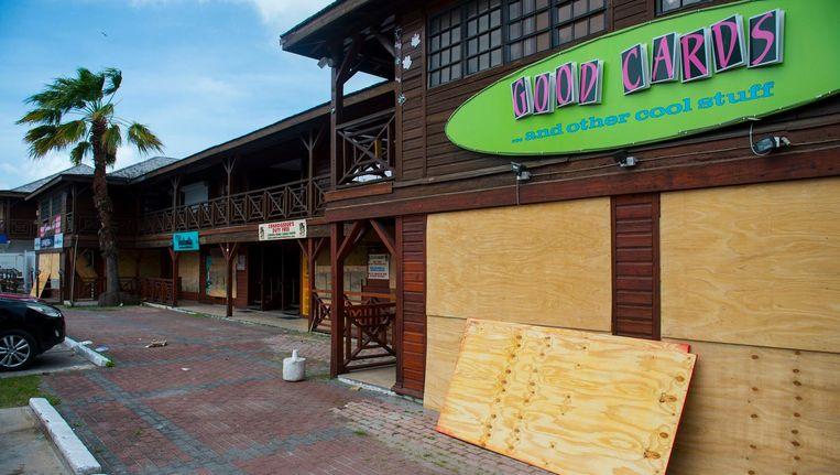 Een dichtgetimmerd restaurant op Sint Maarten. Beeld afp