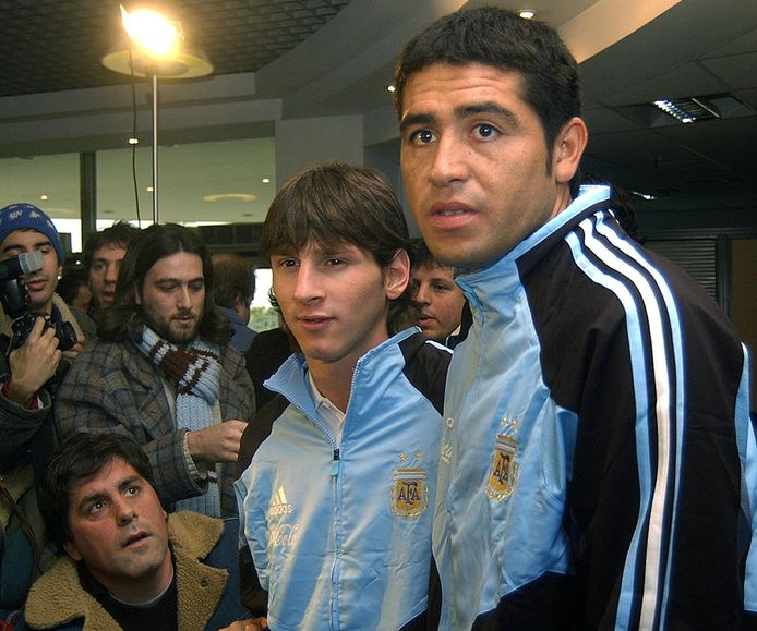 Lionel Messi en Juan Román Riquelme op 1 september 2005.