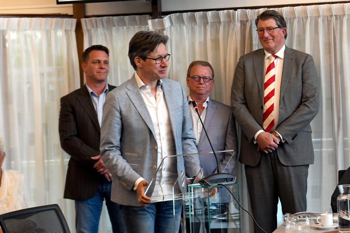 De nieuwe wethouders tijdens hun beëdiging, van links naar rechts Frank de Win (CDA), Toon Bosmans (PvdA), Jan de Bruijn (Lokaal Heeze-Leende) en Pieter van der Stek (D66).