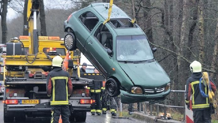 De auto wordt uit het Oude Diep getakeld