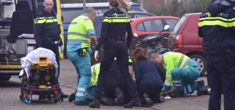 Scooterrijder in Warnsveld klapt op auto en moet met spoed naar het ziekenhuis