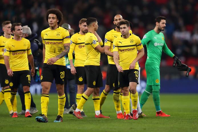 De spelers van Borussia Dortmund druipen af na de nederlaag bij Spurs.