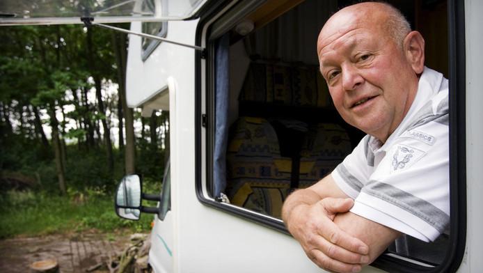 Klokkenluider Ad Bos, oud-medewerker van bouwbedrijf Koop Tjuchem, in de camper waarin hij jaren woonde