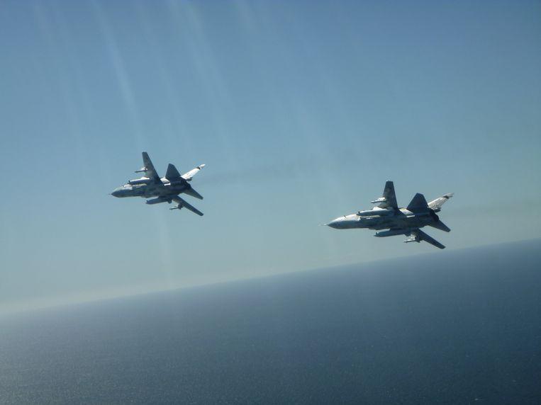 Twee Russische SU24-straaljagers, gezien vanuit de cockpit van een Belgische F-16.