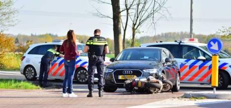 Auto schept scooterrijder in Oudenbosch, slachtoffer naar ziekenhuis